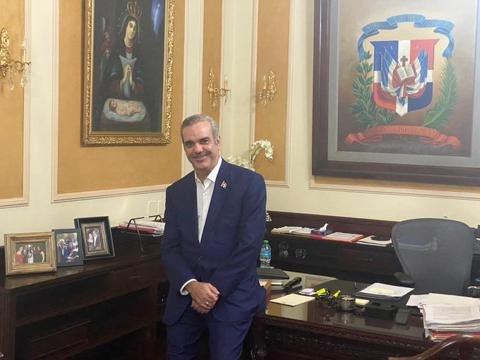 Luis Abinader pide a servidores públicos no colocar su foto en sus despachos