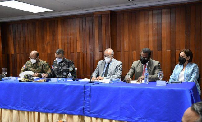 Ministro de Salud Pública junto a autoridades de los ministerios de Interior y Policía y la Defensa