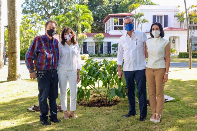 Abinader y embajadora de los EEUU plantan árbol de cacao como despedida