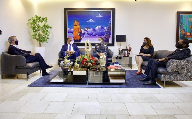 Encuentro del presidente Luis Abinader con miembros de la Policía Nacional y la ministra de la Mujer