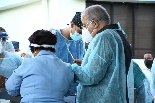 Ministro de Salud Pública, Plutarco Arias, coloca primera vacuna contra la COVID-19